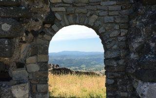 Entrée près de la tour sur les hauteurs de Mirabel